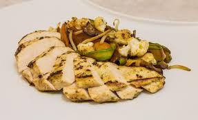 cuisiner le blanc de poulet de poulet au yaourt et légumes sautés par alaind ducasse