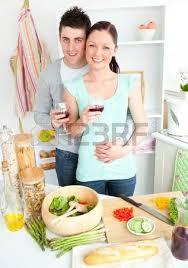 les amoureux de la cuisine femme à la retraite en regardant la éra dans la cuisine banque