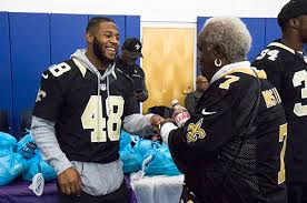 drew brees and saints teammates give away thanksgiving meals in