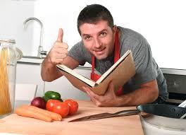 livre cuisine homme homme heureux au livre de recette de lecture de cuisine dans