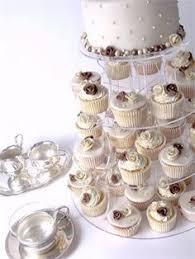 hochzeitstorte cupcakes hochzeitstorte auf kleinen törtchen hochzeit
