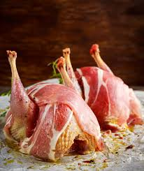 cuisiner perdrix perdrix chevronnées crues prêtes à cuisiner avec le lard sur le