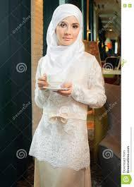 femme musulmane mariage femme musulmane dans une robe de mariage blanche avec une tasse de