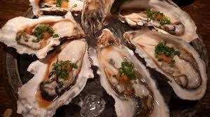 cuisiner les huitres huîtres à la sauce soja épicée fines herbes et concombre