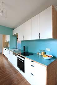 code couleur cuisine living cuisine la ligne bleu crédence et plan de travail passe