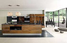en cuisine avec meuble de cuisine avec plan de travail lot central avec table