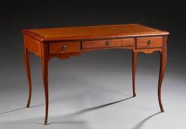 bureau style louis xv bureau plat en noyer de style louis xv ouvrant par trois tiroirs en