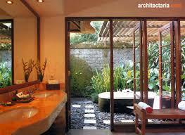 desain kamar mandi pedesaan merencanakan kamar mandi dengan konsep terbuka open air bathroom