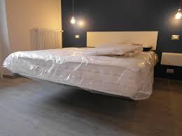 letti e comodini foto zona notte con letto e comodini in sospensione di symmetria