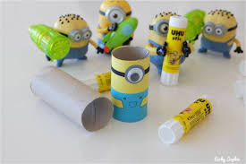 creation avec des rouleaux de papier toilette minion en rouleau de papier toilette concours uhu lucky sophie