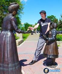35 statues people posing with them in funny style mojly