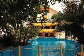 hotel durbuy avec chambre vue du restaurant depuis le piscine tropicale photo de tropical