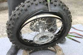 comment changer une chambre à air comment changer soi même les pneus de sa moto