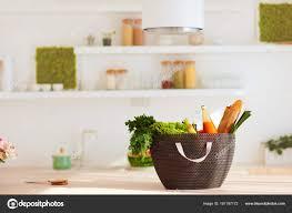 panier cuisine panier plein de nourriture fraîche sur le comptoir de cuisine