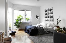 chambre contemporaine adulte une chambre adulte actuelle avec une mosaïque de posters pour tête