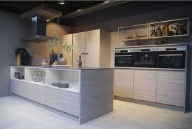 cuisine design toulouse cuisine en bois type nordique sans poignée avec ilot et étagères