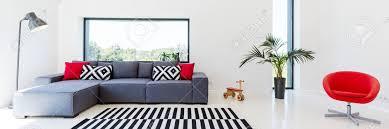 canape salon intérieur blanc d un salon avec un canapé avec coussins le