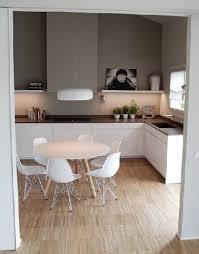cuisine blanche parquet cuisine grise et blanche plan de travail cuisine gris anthracite
