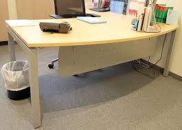 bureau d angle en bois bureau dangle plateau de couleur bois clair de forme arrondie pieds