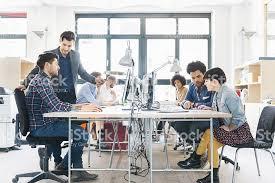 bureau start up équipe commerciale dune startup travaillant dans un bureau