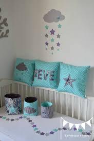 chambre bébé gris et turquoise pochons rangement réversibles et coussins turquoise gris violet