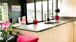 les cuisines à vivre une cuisine à vivre pleinement intégrée à la pièce de vie studio