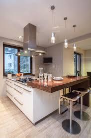 cuisine travertin maison de travertin cuisine avec la tv image stock image du