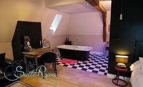hotel baignoire dans la chambre une chambre d hôtel avec grande baignoire hôtel