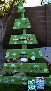 great yard decoration idea for x mas made from recycled pallets