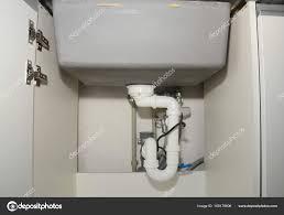 plomberie evier cuisine gros plan sur l installation de l évier cuisine en céramique avec