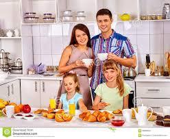 cuisine avec enfant grande famille avec deux enfants prenant le petit déjeuner dans la