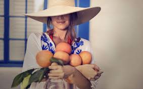 woman holding grapefruit 1680x1068 1 1680x1058 jpg