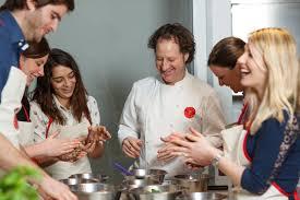 cours de cuisine en groupe un cours de cuisine à l atelier des chefs à lyon 69 wonderbox