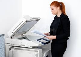 imprimante bureau femme d affaires travaillant à l imprimante de bureau photo stock