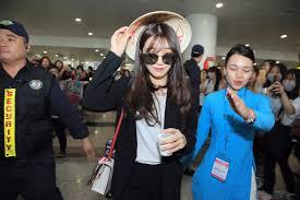 vietnamese fans welcome apink seventeen exid se7en at airport