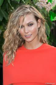 karlie kloss hair color how to get karlie kloss beach waves for medium length hair