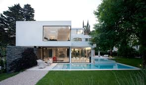 white modern house imposing silhouette visually contrasted image