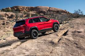 jeep grand cherokee trailhawk off road video 2014 jeep cherokee trailhawk can still tackle serious off