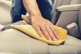 nettoyage si e voiture un homme de nettoyage siège de voiture en cuir avec un chiffon en