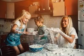 cuisine avec enfant enfants cuisine avec leur mère et de jeter la farine télécharger