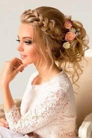 lindo peinado con llamativas flores para ocasiones especiales