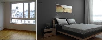kleines schlafzimmer in weiß grau und braun stauraum über dem