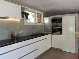 cuisine ton gris enchanteur cuisine laquée blanche plan de travail gris avec
