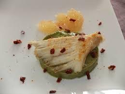 comment cuisiner des ailes de raie aile de raie poêlée sur un lit de guacamole aux tomates séchées et