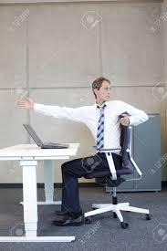 position assise bureau exercices de bureau homme d affaires en prenant courte pause pour