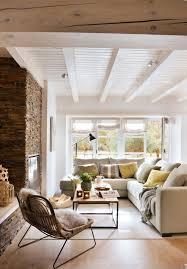 home interiors en linea salón rústico con vigas blancas sofá en l de línea recta mesa de