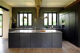 cuisine noir mat la cuisine et la zone repas avec les portes coulissantes en position