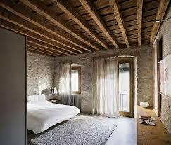 chambre avec mur en chambre avec murs pierres et poutres apparentes