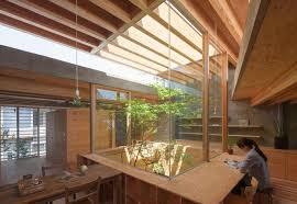 giardini interni casa casa moderna arredi in legno corte verde in giappone