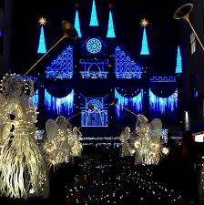 saks fifth avenue lights pearl s reflection saks fifth avenue holiday lights show 2015 new